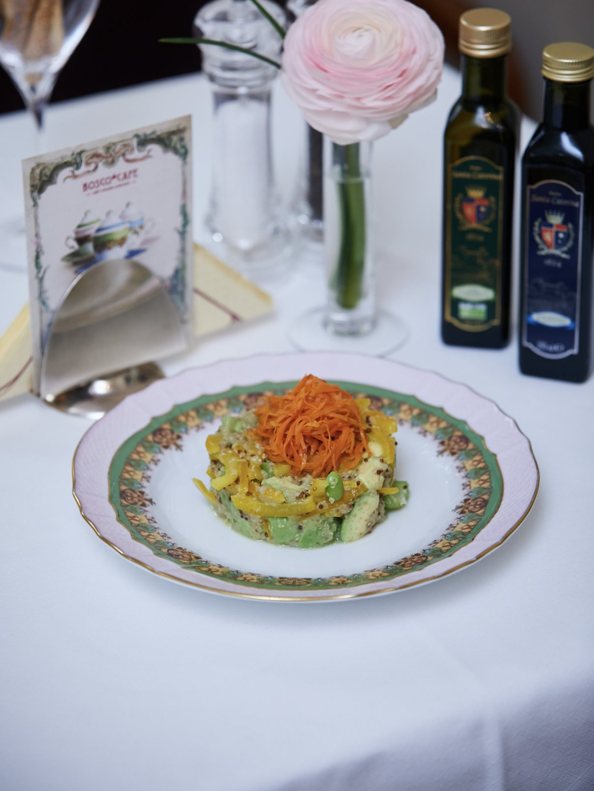 Салат с авокадо, киноа, болгарским перцем и цитрусовой заправкой BoscoCafe  –  Общий вид